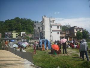 余震で再びテントを設営する人たち