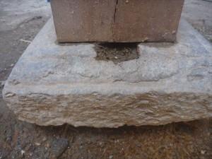 礎石の中に柱が