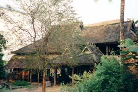 タイ族の高床式住居(2005年吉椿撮影)